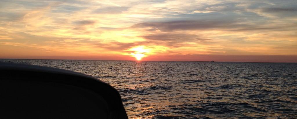 Sonnenaufgang auf der Nordsee bei der Insel Texel
