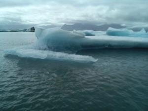 Vor Island treibt Eis