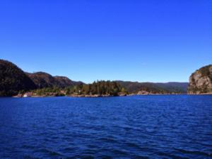 Tiefblaues Wasser in den norwegischen Fjorden